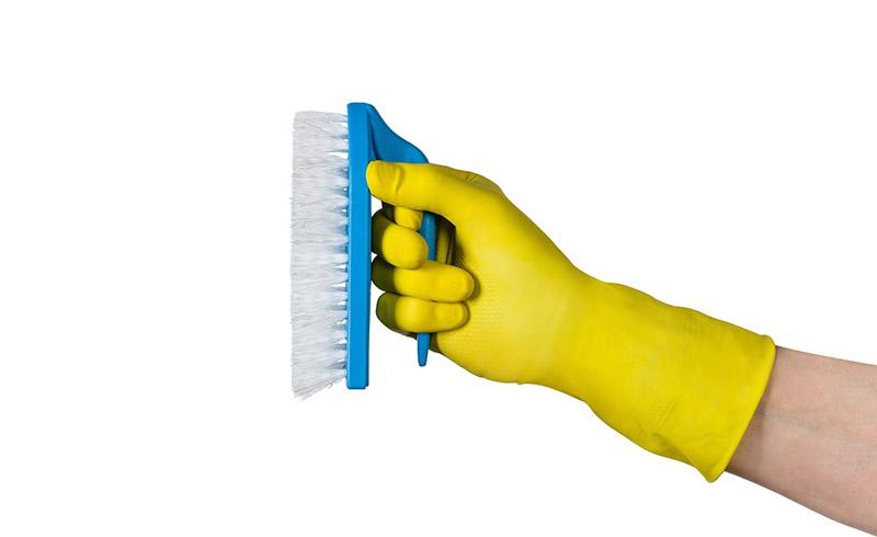 czyścić używając do tego szczotki