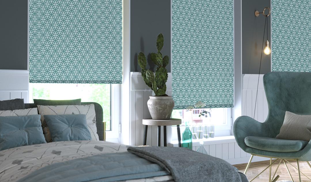 Store enrouleur avec motifs dans une chambre à coucher