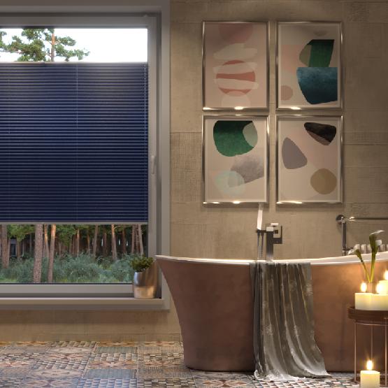Store plissé dans une salle de bains
